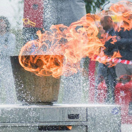 Löschung im Zuge einer Brandschutzunterweisung der KLB-Mitarbeiter