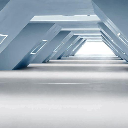 Architektonischer Innenraum mit spitz zulaufenden Wänden und einer hellen Fußbodenbeschichtung
