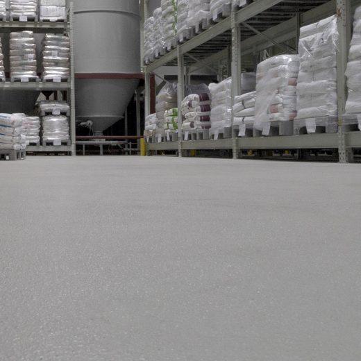 Abgestreuter Boden einer Großbäckerei mit Hochregallagern