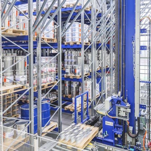 Produkt-Lager und -Roboter in der Produktionshalle