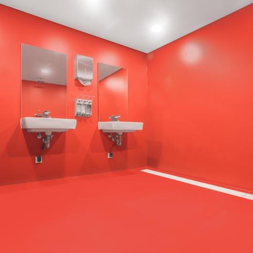 Waschbecken in einem rot beschichteten Nassbereich bei der Freiwilligen Feuerwehr