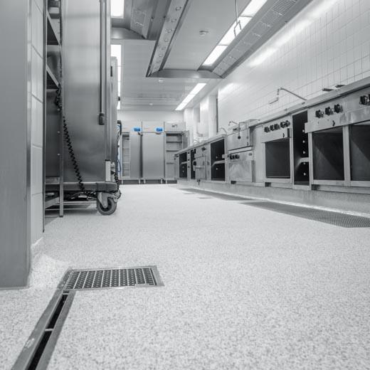 Gewerbliche Großküche mit industriellem Fußbodenbelag mit Colorquarzsand-Einstreuung