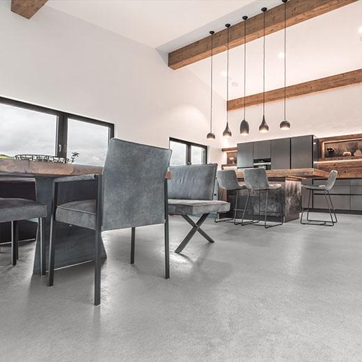 Spachtelbelag in einem Esszimmer und Küche eines privaten Wohnhauses