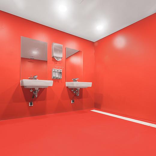 Rote Wand- und Bodenbeschichtung mit Waschbecken